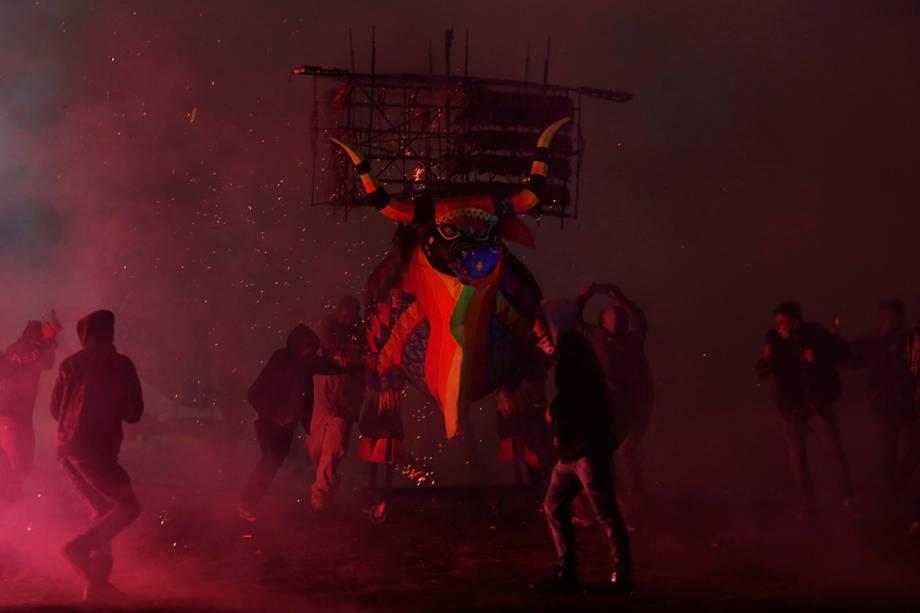 Festival tradicional de San Juan de Diós exibe bonecos artesanais e fogos de artifício na Cidade do México