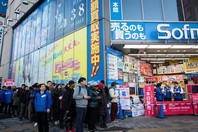 Lançamento do novo console da Nintendo, o Nintendo Switch, forma filas em lojas no Japão