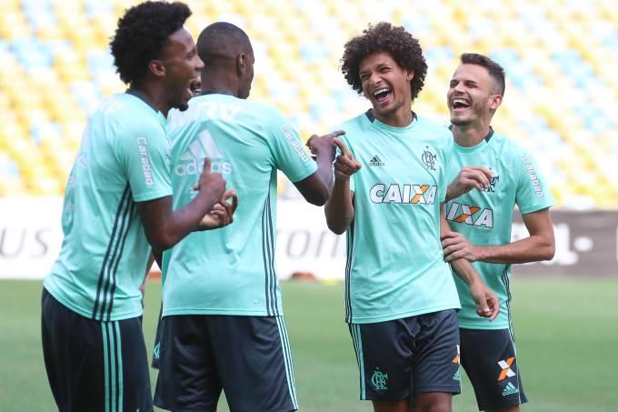 Jogadores do Flamengo se divertem no treino de reconhecimento do Maracanã