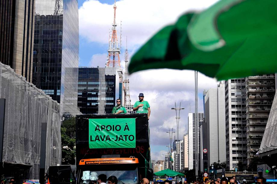 """Na Avenida Paulista, manifestação organizada pelos movimentos sociais MBL (Movimento Brasil Livre) e """"Vem Pra Rua"""", que também aconteceu em outras cidades do Brasil"""
