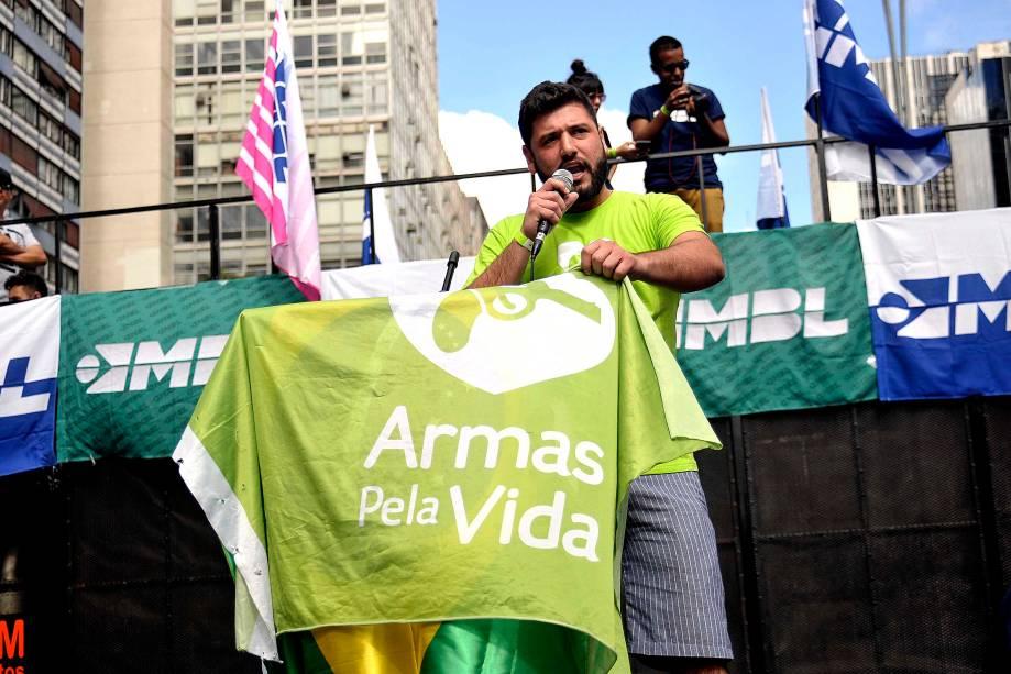 """Na Avenida Paulista, manifestação organizada pelos movimentos sociais MBL (Movimento Brasil Livre) e """"Vem Pra Rua"""", que também aconteceu em outras cidades do Brasil. Alguns protestavam à favor da legalização das armas"""