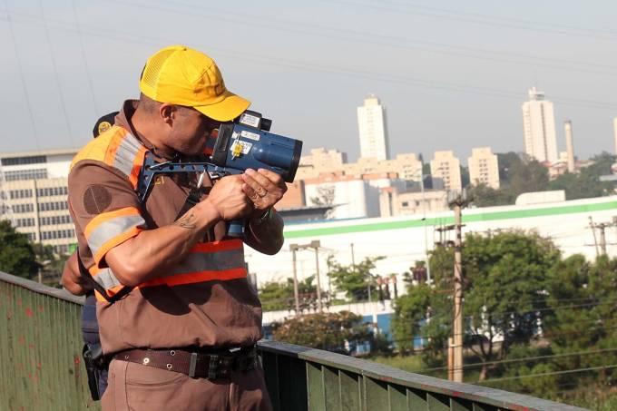 Funcionário da CET fiscaliza motocicletas com radar-pistola