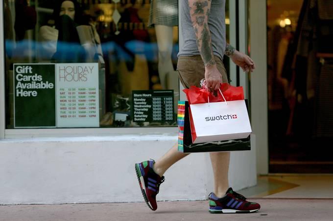 Pessoa fazendo compras em um shopping na cidade de Miami, na Flórida