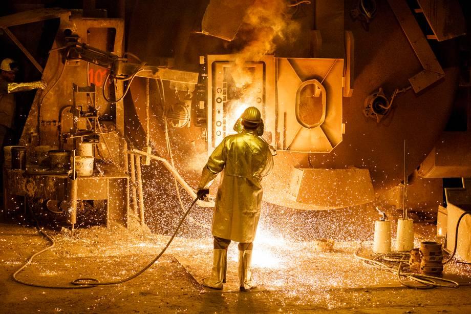Trabalhador de siderurgica em Salzgitter, Alemanha, uma das cidades que mais produz aço na Europa - 07/03/2017
