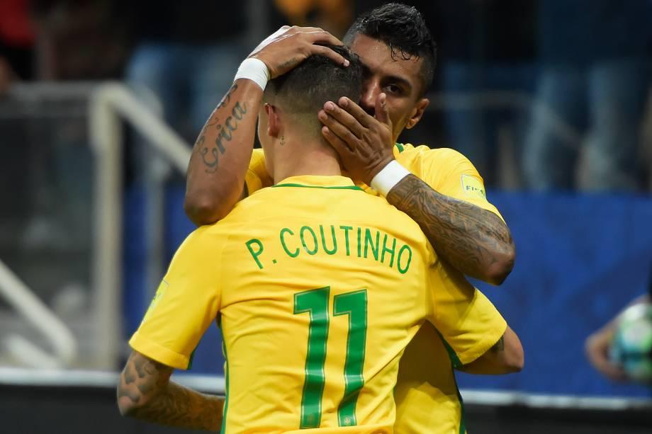 Paulinho abraça Phillipe Coutinho
