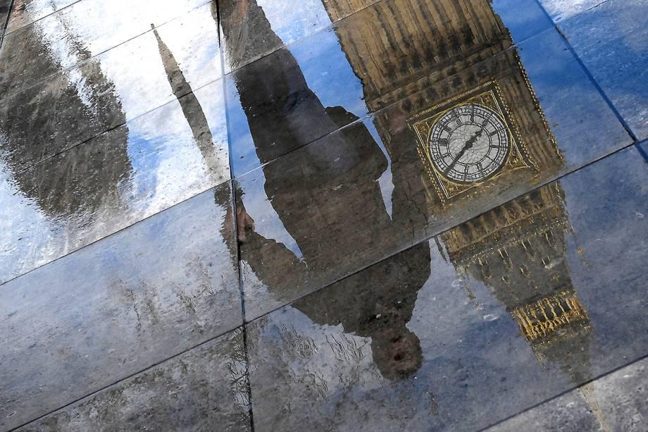 Big Ben é fotografado através do reflexo em uma poça de água em Londres, Inglaterra - 20/03/2017