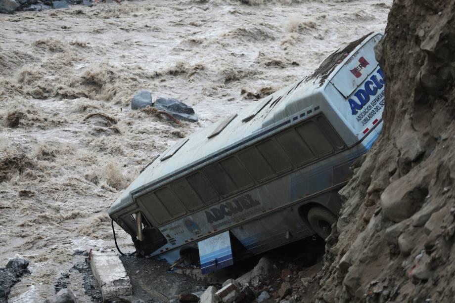 Ônibus é visto após deslizamento de terra provocado por uma enchente em Chosica, no Peru - 16/03/2017
