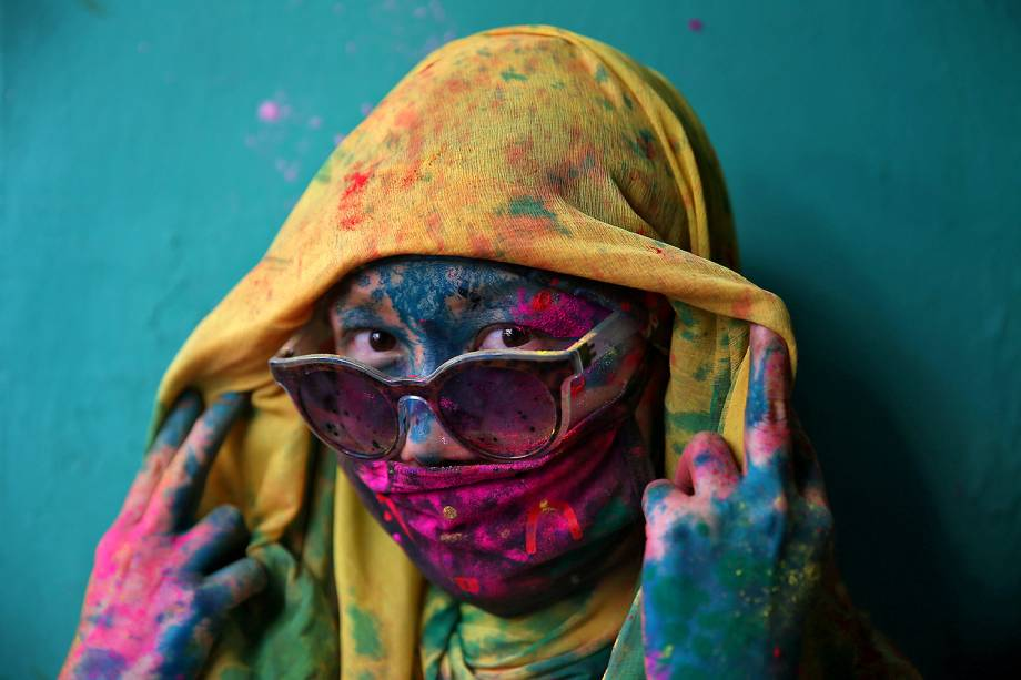 Mulher é fotografada durante o tradicional festival Holi em Barsana, Índia - 06/03/2017