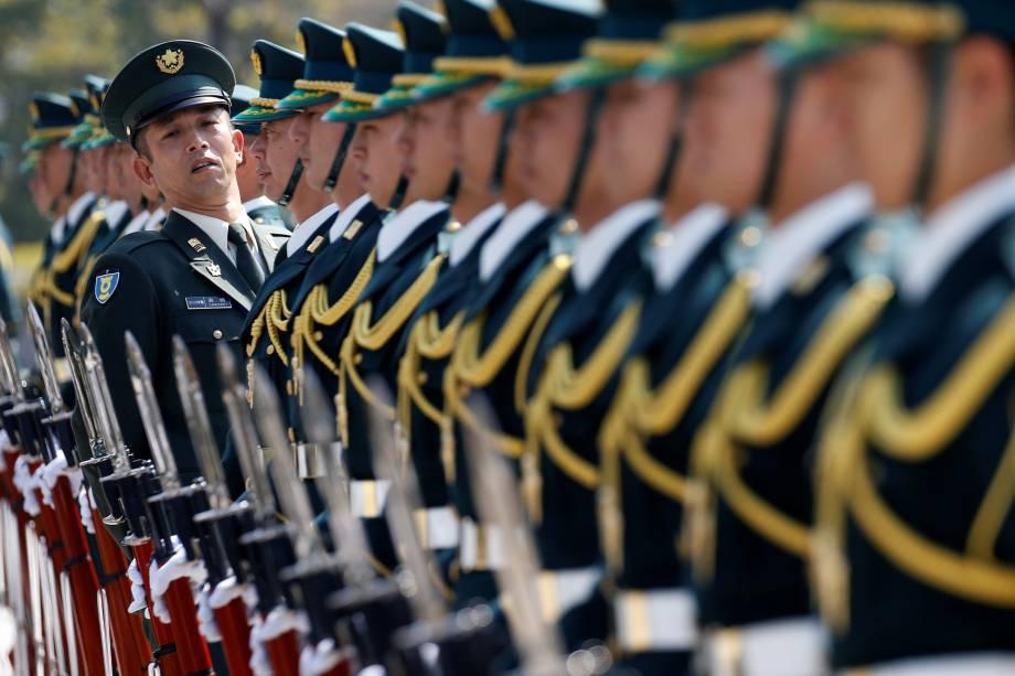 Membros da guarda de honra da Força de Autodefesa do Japão preparam-se para uma cerimônia de recepção ao ministro de Defesa russo, Sergei Shoigu, em Tóquio - 20/03/2017