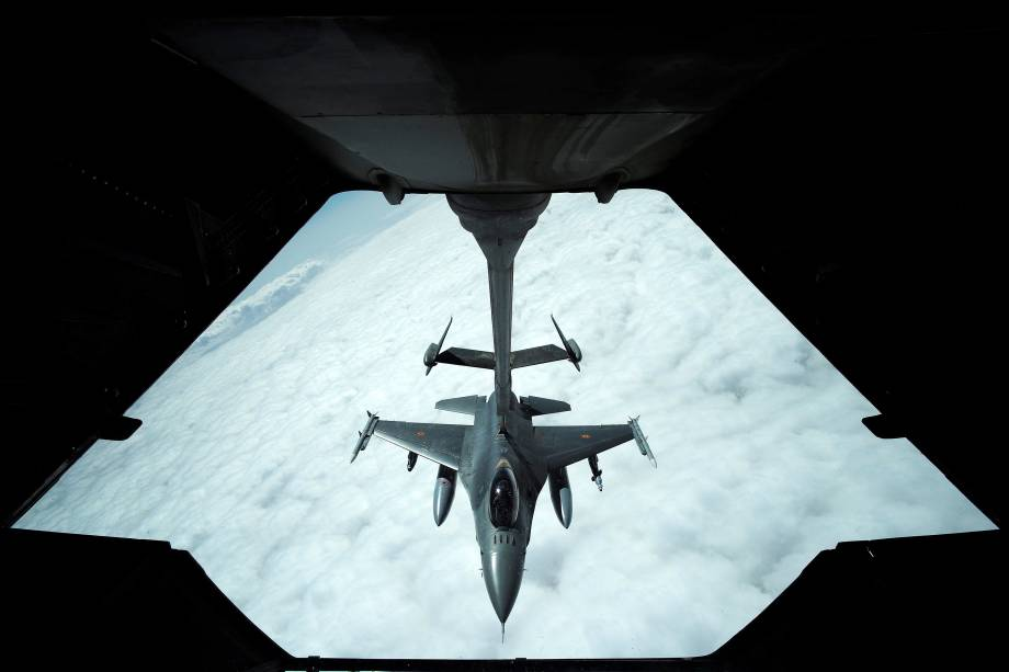 Jato F-16 da Força Aérea dos Estados Unidos, faz parada de reabastecimento durante operação sobre o espaço aéreo do Iraque e da Síria
