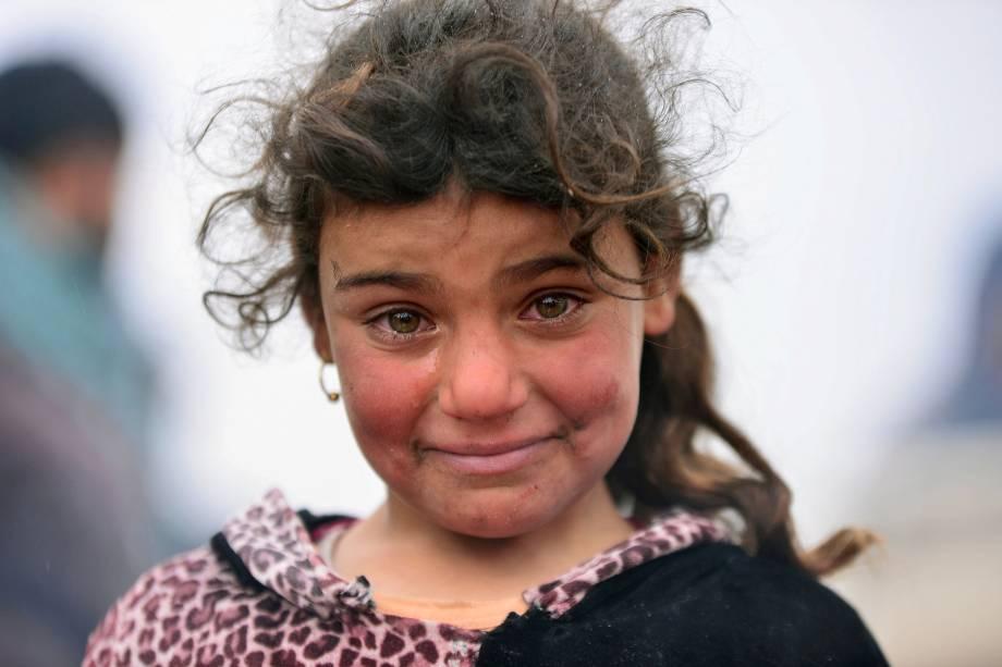 Menina que precisou deixar sua casa para fugir dos conflitos entre as forças iraquianas e jihadistas do Estado Islâmicos, chora ao ser fotografada em Badush, no Iraque - 16/03/2017