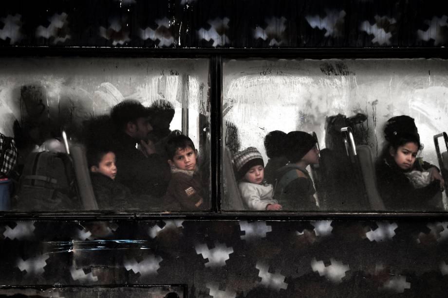 Crianças refugiadas evacuam bairro em Mossul durante ofensiva das Forças Iraquianas contra o Estado Islâmico - 16/03/2017