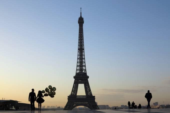 Torre Eiffel ao amanhecer em Paris