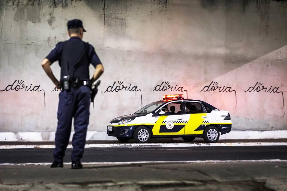 O muro da Avenida 23 de Maio sob o viaduto Vergueiro, na Zona Sul de São Paulo, foi pichado novamente com provocação ao prefeito João Doria - 23/03/2017