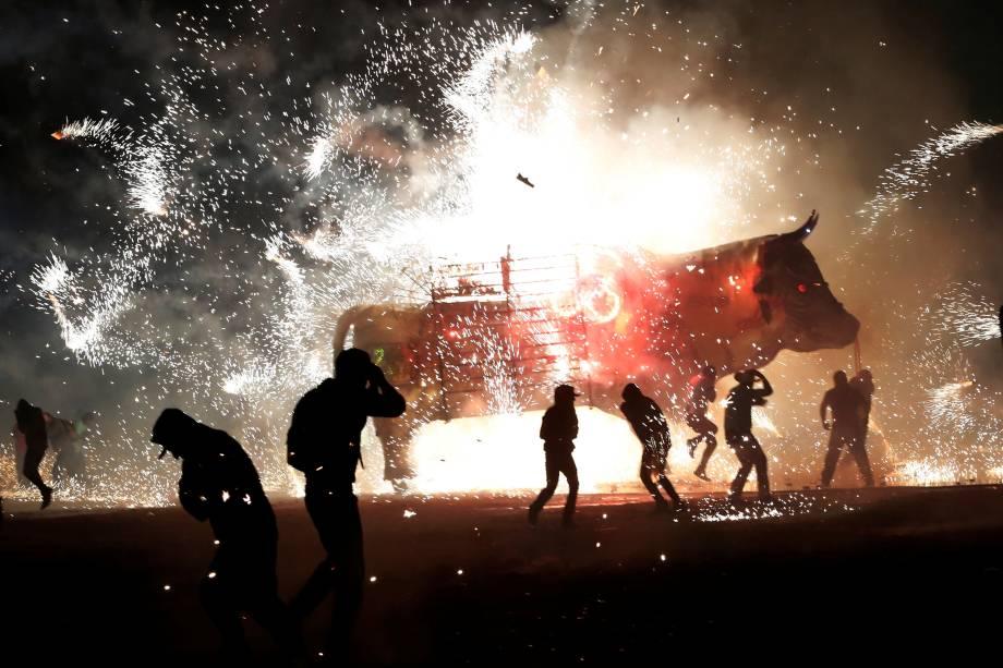 """Mexicanos comemoram o dia de San Juan de Dios com fogos de artifício saindo do tradicional """"Torito"""", em Tultepec, México - 09/03/2017"""