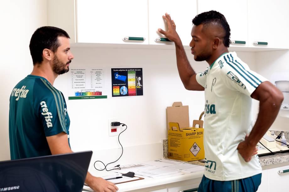 Thiago Santi conversa com Miguel Borja no CT do Palmeiras