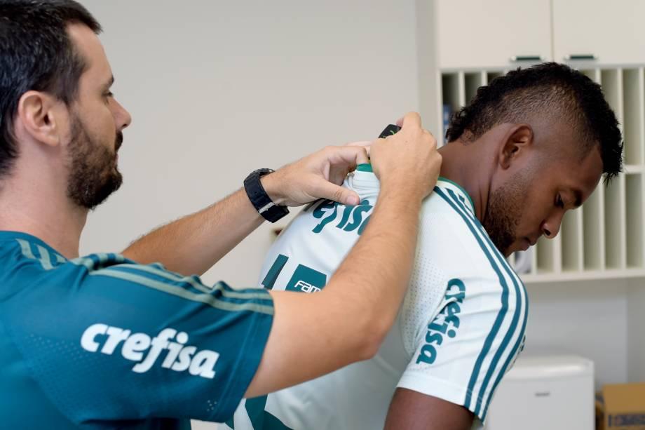 Preparador físico Thiago Santi, do Palmeiras, coloca o GPS no uniforme do colombiano MIguel Borja