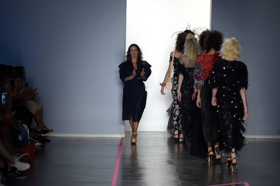 Estilist Isabela Capeto se apresenta após desfile de sua autoria, na 43ª edição da São Paulo Fashion Week, na Bienal do Ibirapuera
