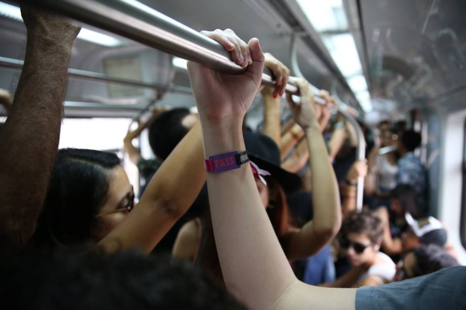 Público chega para o Lollapalooza nos trens da CPTM