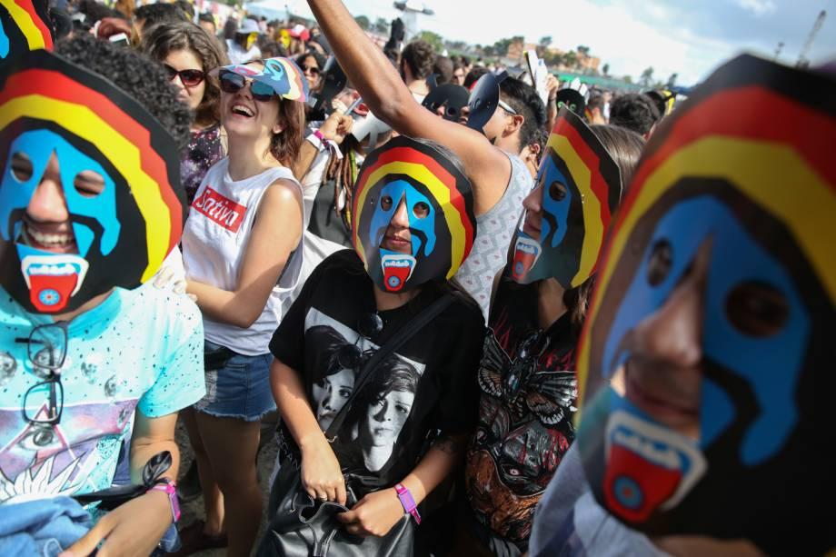 Público entra no clima do BaianaSystem, e usa máscaras durante o show no Lollapalooza