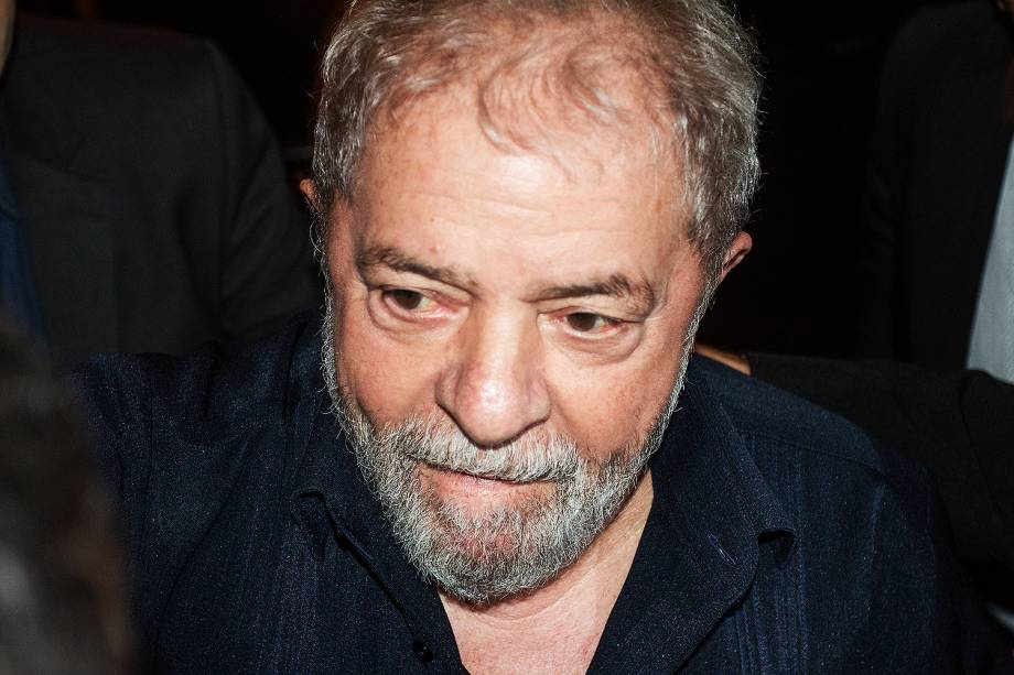 O ex-presidente Luiz Inácio Lula da Silva cumprimenta populares na chegada ao protesto na Avenida Paulista, em São Paulo, no Dia Nacional de Paralisação e Mobilização, contra as Reformas da Previdência e Trabalhista - 15/03/2017