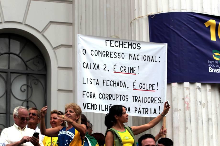 """Em Curitiba, a concentração esta sendo em frente a UFPR. Na tarde deste domingo (26), os manifestantes sairão em passeata até a """"Boca Maldita"""""""