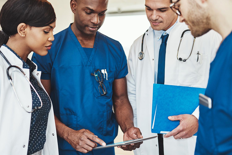 Grupo de médicos olhando um tablet