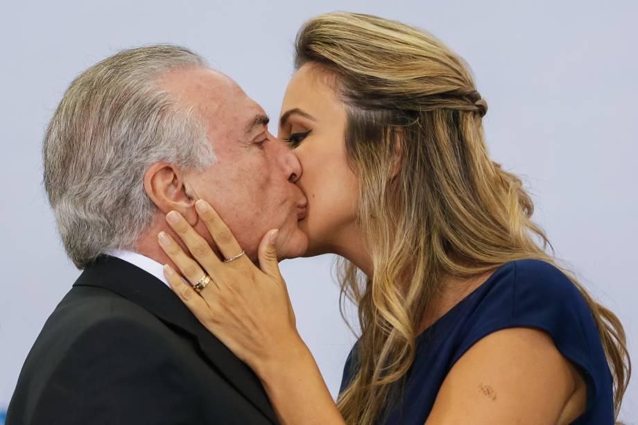 A primeira-dama Marcela beija o presidente Michel Temer em evento no Dia Internacional da Mulher, no Palácio do Planalto