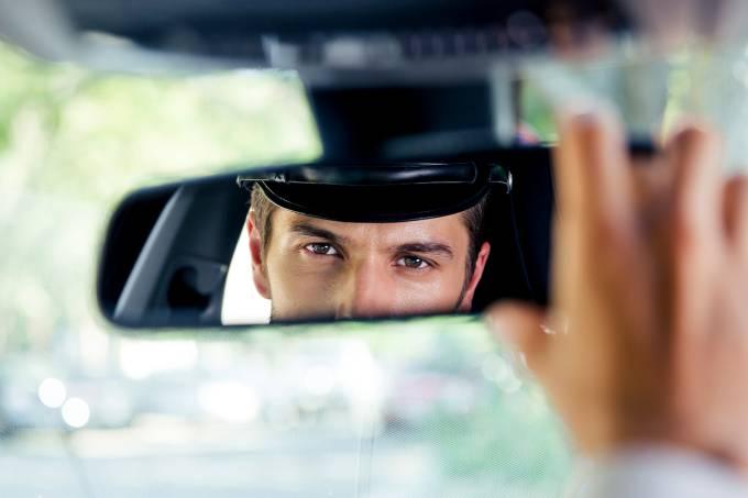 Motorista olha pelo do retrovisor