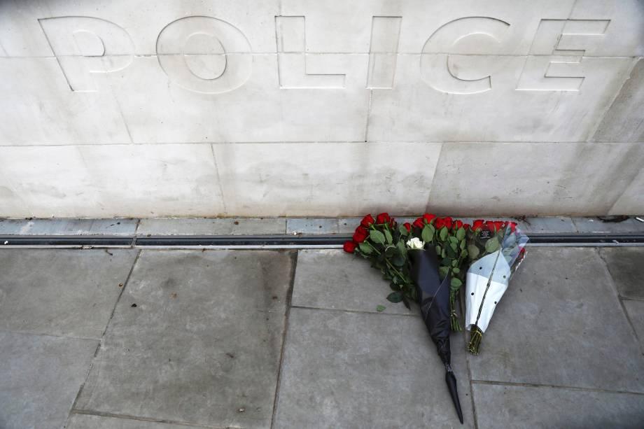 Flores são colocadas em frente a New Scotland Yard, sede da Polícia Metropolitana de Londres, em homenagem às vítimas do ataque terrorista na ponte de Westminster - 23/03/2017