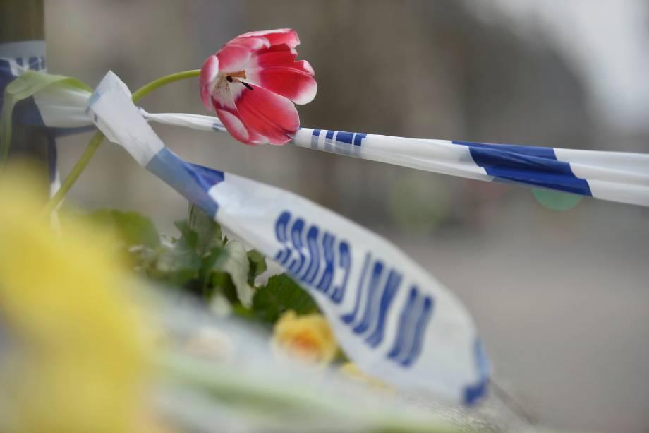 Flores são colocadas no cordão de isolamento da polícia na ponte de Westminster, em homenagem às vítimas do ataque terrorista em Londres - 23/03/2017