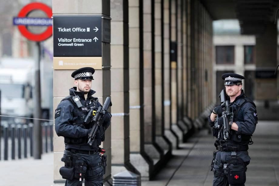 Polícia armada patrulha os arredores da estação de metrô de Westminster na manhã seguinte ao ataque em Londres - 23/03/2017