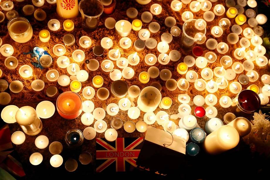 Em homenagem aos mortos no atentado que ocorreu ontem em Londres, Inglaterra, velas são acesas na Trafalgar Square, famosa praça da cidade - 23/03/2017