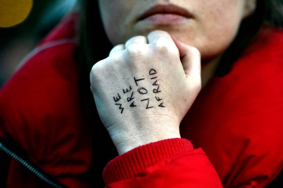 """Mulher presta homenagem aos mortos no atentado que ocorreu ontem em Londres, Inglaterra,na Trafalgar Square com a frase """"Nós não tememos"""" escrita na mão - 23/03/2017"""
