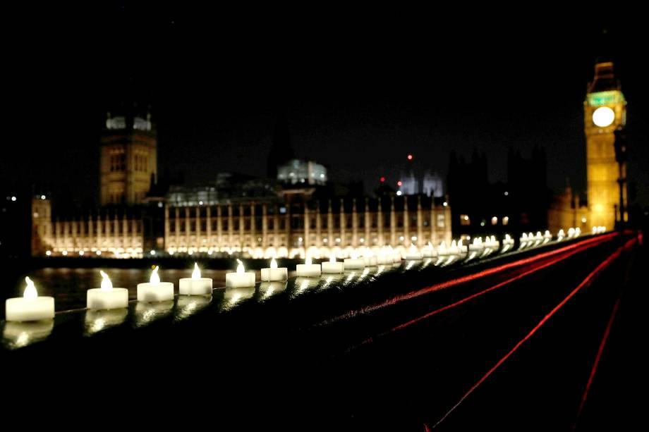 Um dia após o atentado em Londres, Inglaterra, velas são colocadas na ponte Westminster, onde o tiroteio aconteceu, como forma de homenagem aos mortos - 23/03/2017