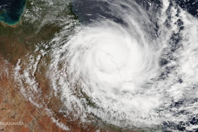 Ciclone Debbie provoca inundações na Austrália