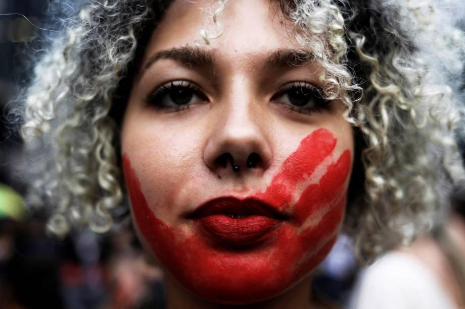 Manifestante participa de uma marcha no Dia Internacional da Mulher em São Paulo - 08/03/2017