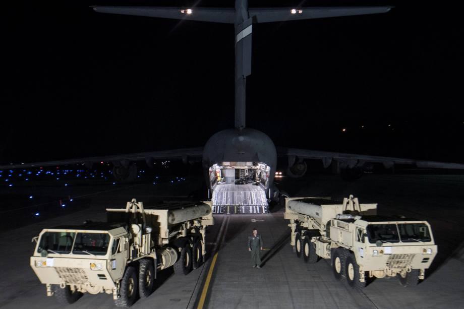 Os interceptores da Defesa Terminal de Alta Altitude (THAAD) chegam à base aérea de Osan em Pyeongtaek, Coreia do Sul, em imagem divulgada pelas forças dos Estados Unidos e Coreia do Sul - 06/03/2017
