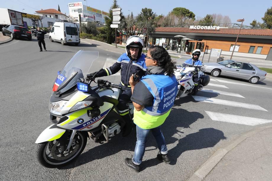 Policiais controlam o tráfego nos arredores do  Liceu Tocqueville, em Grasse, após um tiroteio ocorrido na escola, na França - 16/03/2017