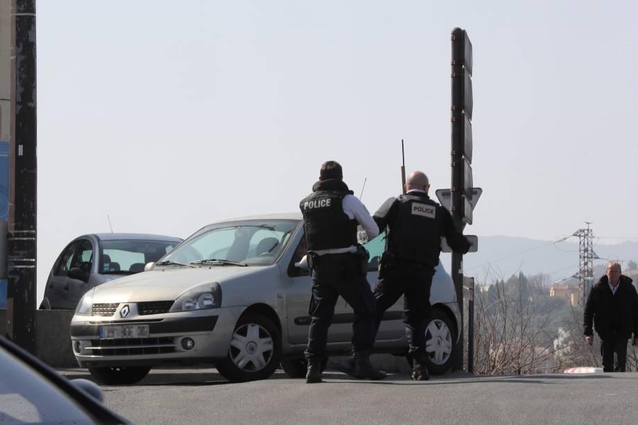 Policiais controlam o tráfego de veículos em uma estrada na cidade de Grasse, sul da França, após um tiroteio no Liceu de Tocqueville - 16/03/2017