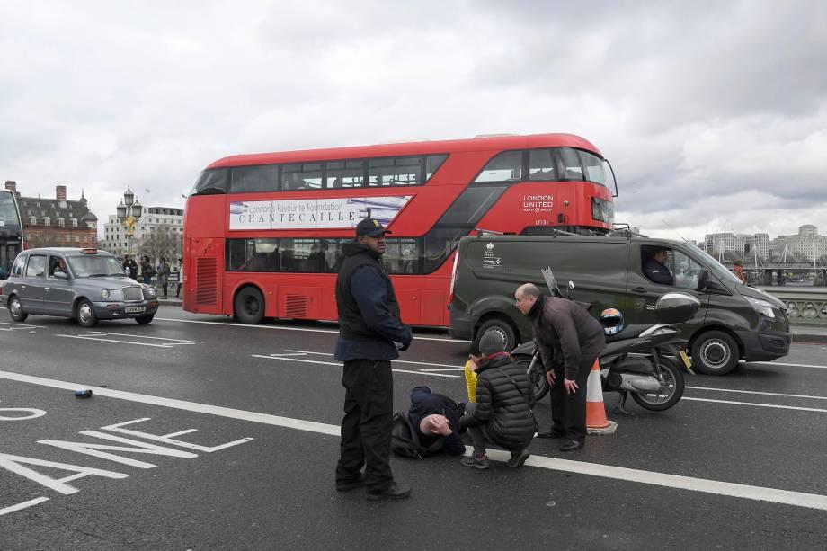 Homem ferido é atendido após incidente na Ponte Westminster em Londres - 22/03/2017