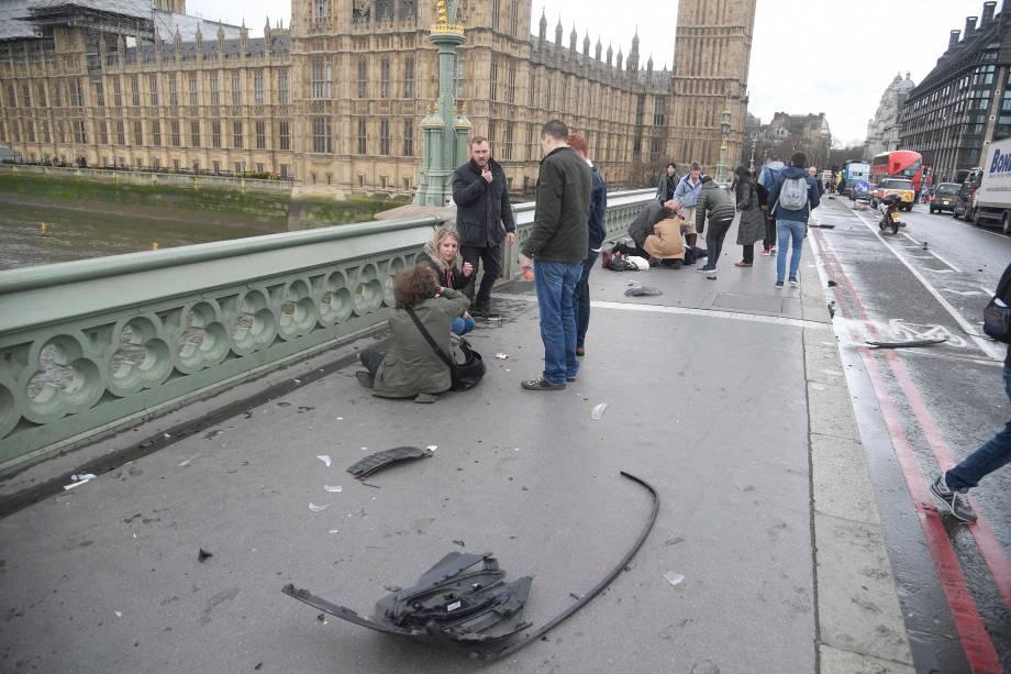 Pessoas feridas são atendidas após um incidente na Ponte Westminster em Londres - 22/03/2017