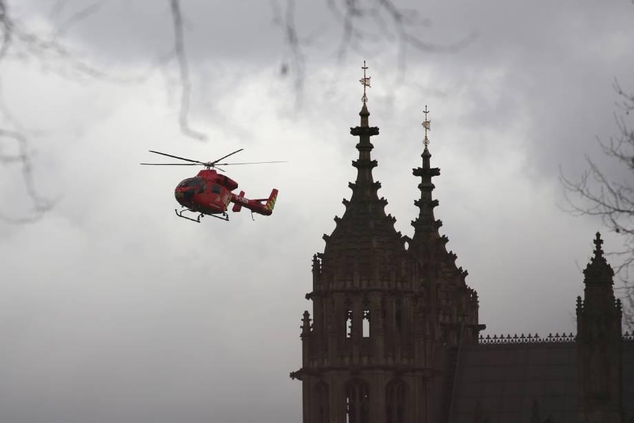 Helicóptero de resgate chega ao Parlamento inglês em Londres, após incidente com tiros no local - 22/03/2017