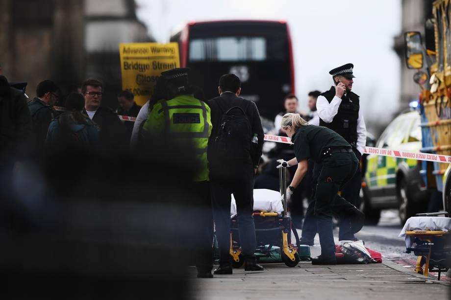 Equipe médica atende feridos após tiroteio perto da ponte de Westminster em Londres, Inglaterra - 22/03/2017
