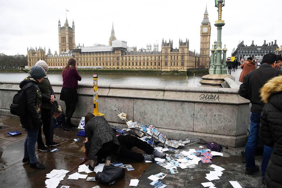 Pessoas tentam ajudar ferida em tiroteio em Londres nesta quarta-feira (22)
