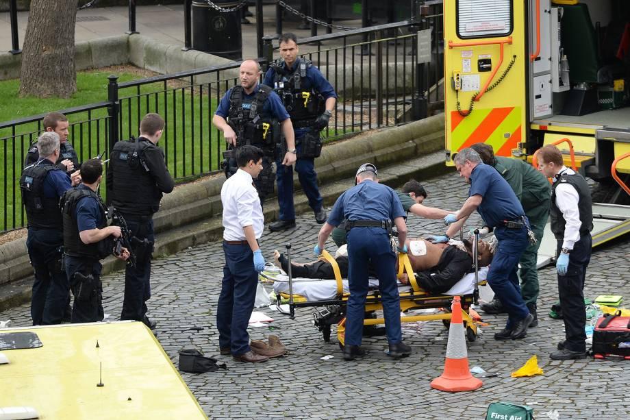 Suspeito é tratado por paramédicos após incidente com tiros na ponte de Westminster em Londres - 22/03/2017