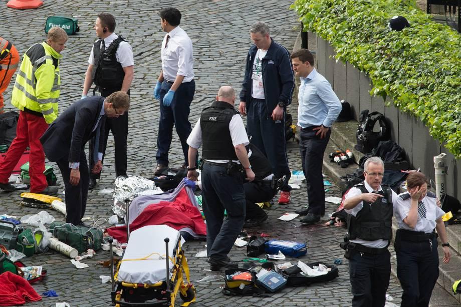 Paramédicos atendem uma pessoa ferida após incidente com tiros na ponte de Westminster em Londres - 22/03/2017