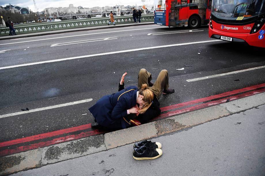 Mulher recebe ajuda após ser atingida por disparos em Londres nesta quarta-feira (22)