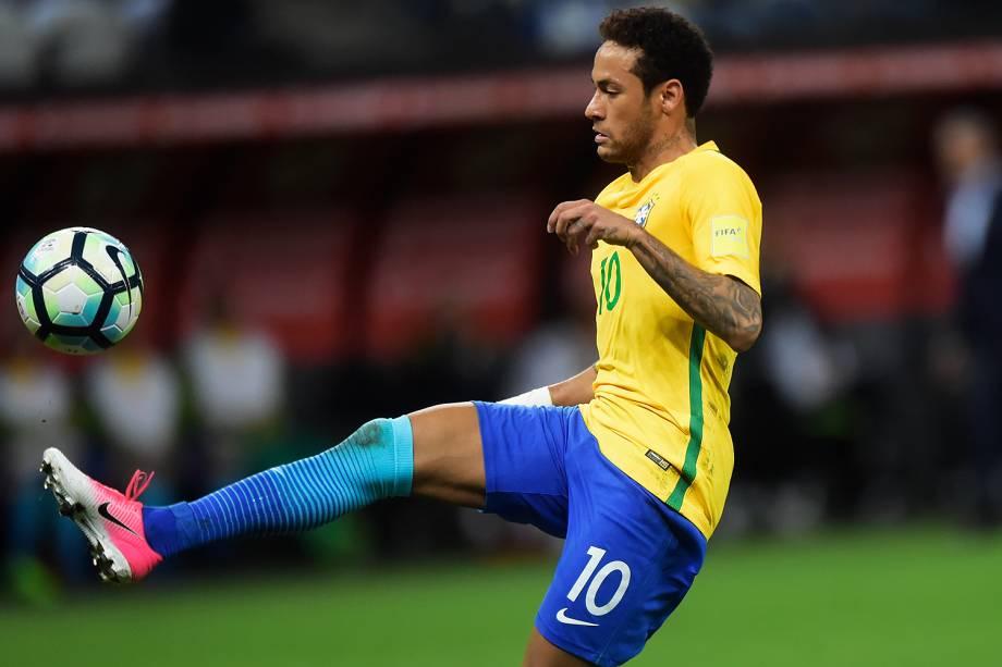 Neymar domina a bola durante partida contra o Paraguai no Itaquerão