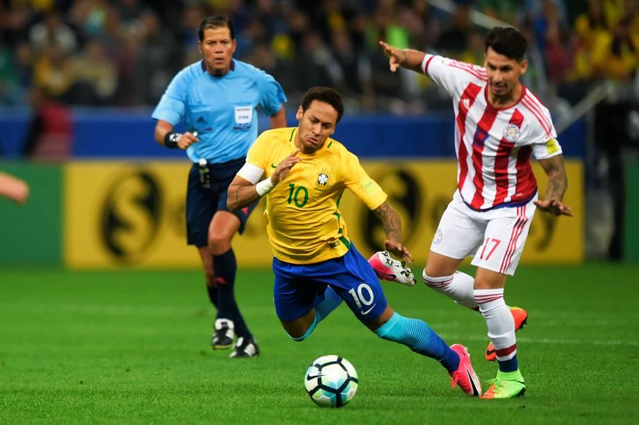 Neymar é marcado de perto pela defesa do Paraguai